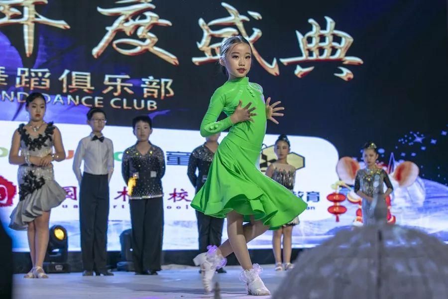"""体育舞蹈爱好者以""""舞""""会友迎新春"""