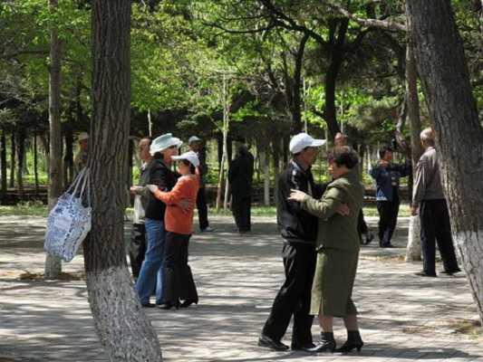 中老年跳舞能使腰椎间盘突出减轻吗?