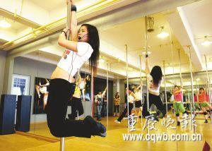 40岁大学舞蹈老师跳钢管舞 自创芭蕾钢管舞