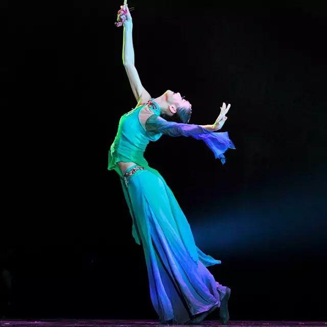跳舞女人身上有四态