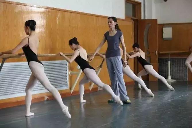 舞蹈初学者最重要的技能是学会和习惯数八拍!