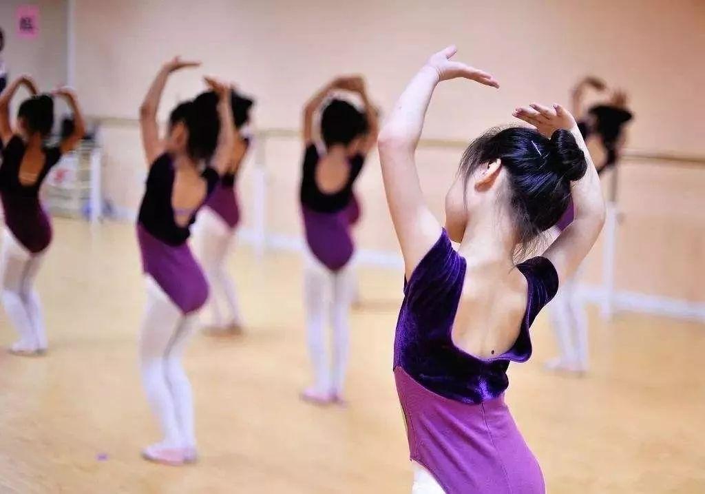 """学舞蹈,不要认为舞蹈将来不是孩子的专业, 就可以""""随便练""""。"""