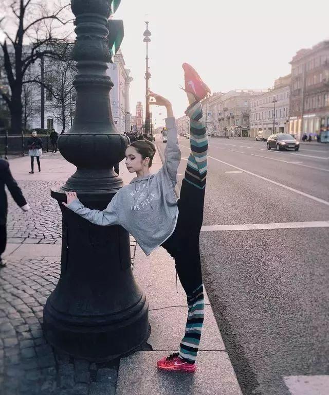 俄罗斯女孩零下30度坚持户外练舞蹈基本功,20岁就成剧院台柱子!