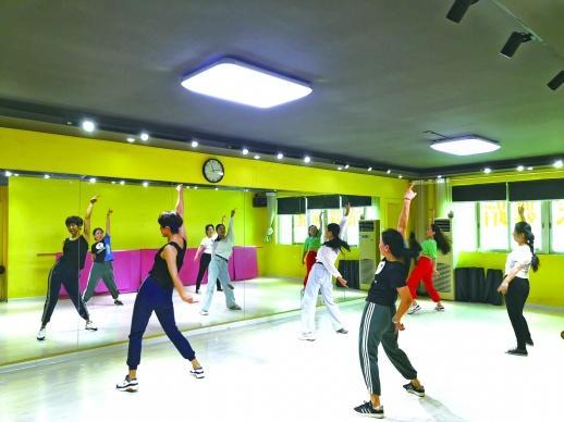 """跟着""""姐姐""""跳,女团舞蹈体验课火了"""